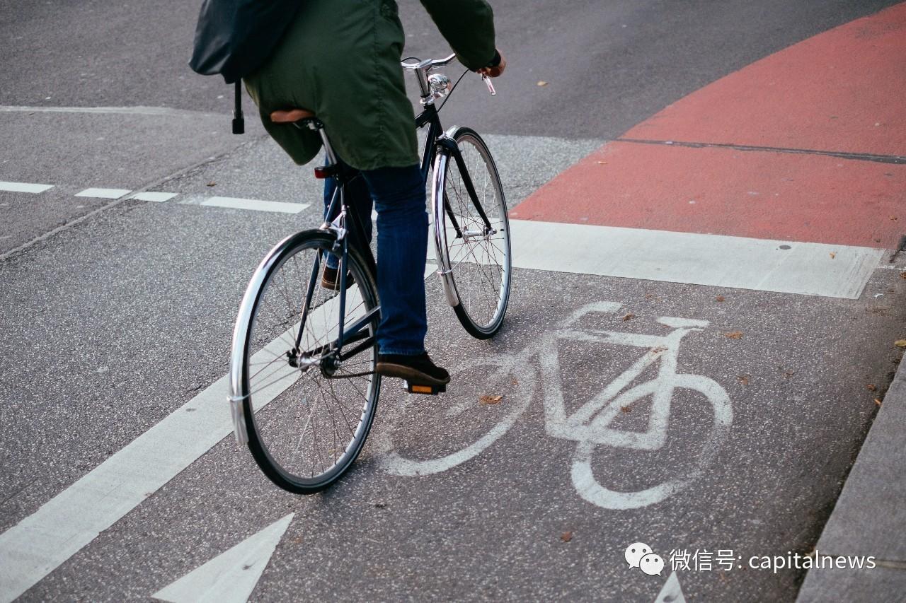 这位正部骑单车出行 遇到了什么危险?