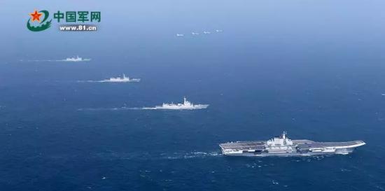 不过,更为漫长的应该是航母编队间的战术协同配合。要执行对空、反潜、反舰、对地攻击和电子战等多重任务,航母编队一般还编配巡洋舰、驱逐舰、护卫舰、潜艇等多种舰艇。这些舰艇的编成、战术运用以及训练方式等众多环节,必须长时间反复进行协同训练,才能确保航母编队舰机密切配合,无缝链接,才能形成航母编队有效作战能力。   观海解局记者注意到,从2013年底首次编队航行,至如今演习实际使用武器,我航母编队已历时近3年。   张召忠:战斗舰艇马上可以编队   以辽宁舰为核心的航母编队,都有哪些组成部分?   2016年