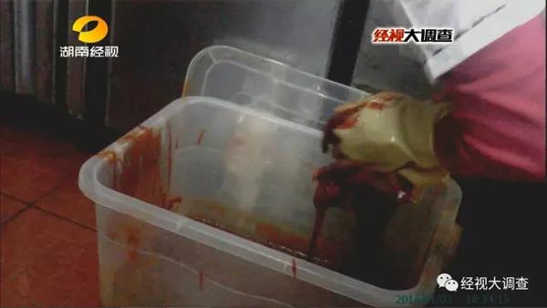 就这样,去皮鸭大胸肉就摇身一变成了牛肉,被摆上了餐台供顾客挑选。在这家汉丽轩自助烤肉店,记者多次目睹了冰冻鸭肉掺入几天前的鸭肉,再制作假牛肉的过程。