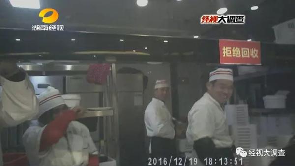 工作人员的解释令人啼笑皆非。在汉丽轩自助烤肉的官方网站我们看到,公司声称要颠覆传统运营模式,可他们所谓的颠覆模式,难道就是用鸭肉制作假牛肉吗?他们所倡导的绿色饮食理念,难道就是把放了变质的鸭肉、掉地上的鸭肉、用脚踩过的鸭肉,也统统加工成假牛肉吗?