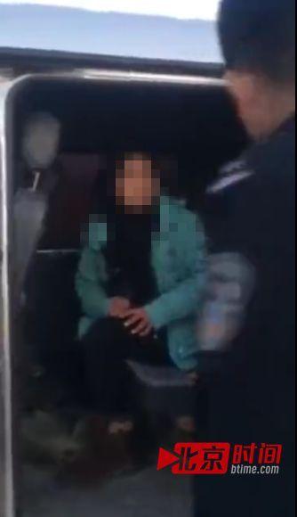视频显现,一辆面包车停在田间小公路,一位上穿礼服、下穿牛崽裤女子猛的摆开车后门,后座上,一位女子压在男子身上。