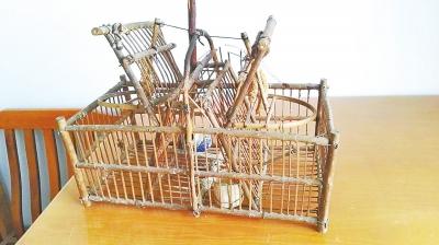 吴某自制的逮鸟机关笼子。