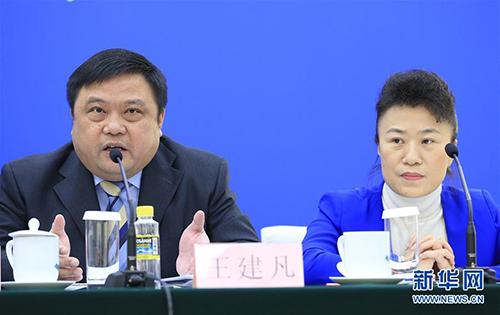 财政部税政司司长王建凡(左)和全国人大常委会法工委经济法室副主任王清出席新闻发布会,回答关于《中华人民共和国环境保护税法》的问题