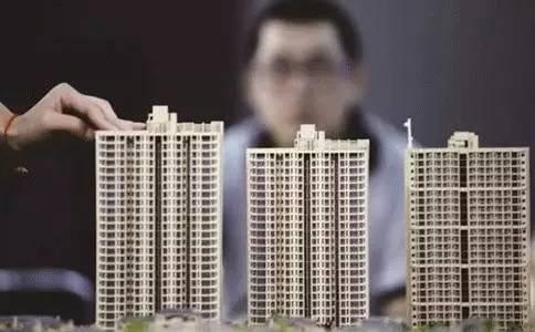 """最终张美丽在九月底买到了房子,而这要得益于上海的房地产调控政策,使房价稳定下来。今年3月下旬上海出台""""沪九条"""",规定二套房首付不低于五成、非普通住宅不低于七成。10月28日出台""""沪六条"""",要求开发商用自有资金买地、进行严格资金审查。而自从11月28日的调控新政之后,多数购房者认为房价猛涨的压迫感减弱,投机炒房的现象也有所减少。"""