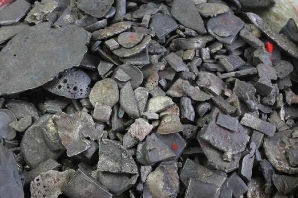 江口沉银遗址附近发现的碎银。