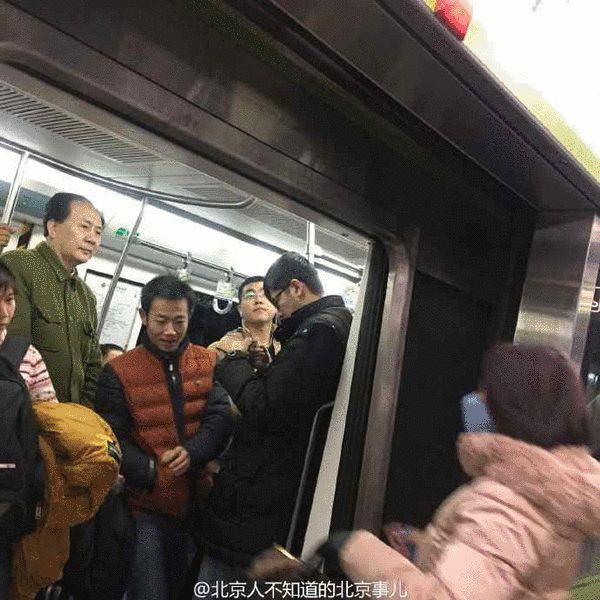 神吐槽:男子地铁内小便 应没收作案工具图片