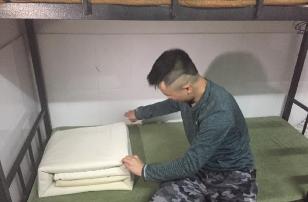 孟飞还保持着部队里的叠被子习惯。