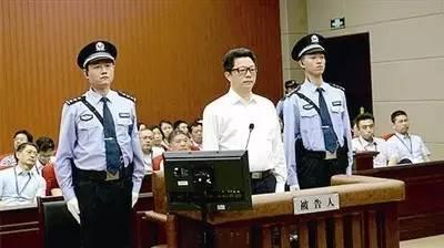 杨卫泽出庭受审照
