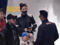 《笑星闯地球视频报道》宋小宝拖家带口离京 偶遇林丹变粉丝热聊不断