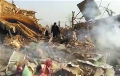 12月24日13时左右,河北唐山丰润燕子河村突发严重爆炸,现场一片狼藉(视频截图)。图/视觉中国