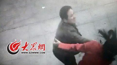 视频监控画面显示,被曝光的潍坊城管干部正击打孟女士。