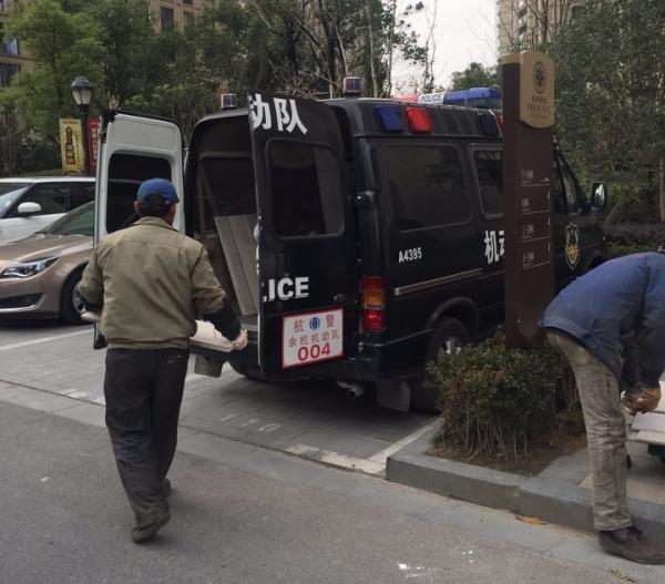网络大量转发的警务车辆照片。