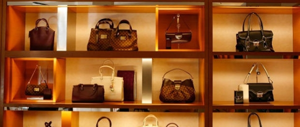 网友侧目:老外专买中国假包到美国退货 年入700万