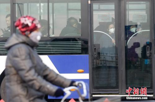 资料图:2016年12月21日,北京持续雾霾。图为民众戴口罩出行。中新社记者 杜洋 摄