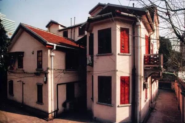 上榜理由:上海曾经有很多租界,租界里建了风格不同的各国建筑,留存到现在的就是这些新里和洋房。宏业花园在整个老房子市场里,知名度极高。