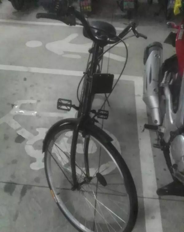 某共享单车平台除了小黄车,还冒出了小黑车、小红车……这可不是共享单车出了新款,而是被人私占,喷漆成了五颜六色。