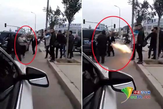 山东临沂街头互殴中一男子突然开枪。
