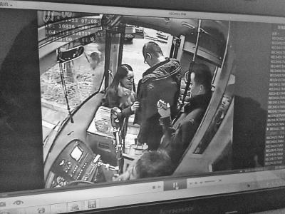 监控显示女失主对即将下车的乘客逐一进行了象征性的搜身。