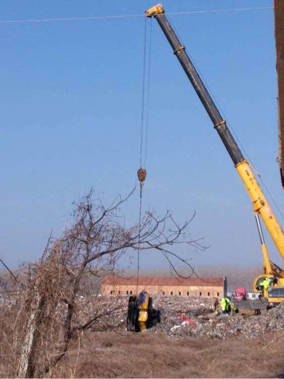 挖掘机和驾驶员被打捞上岸。救援人员默哀。 泗县发布、蓝天救援队图
