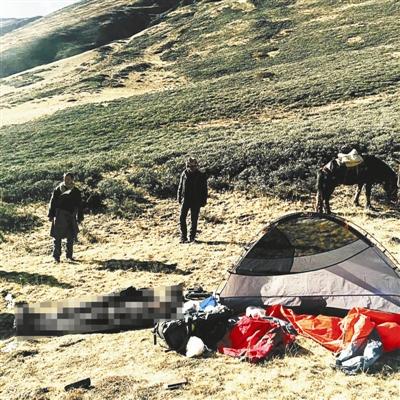 近日,一档旅行探险真人秀节目在拍摄贡嘎雪山徒步穿越路时,发现一名遇难驴友。节目组负责人称,该驴友被发现时躺在睡袋里,没有挣扎的痕迹。当地派出所表示,目前已与去世驴友家属取得联系。
