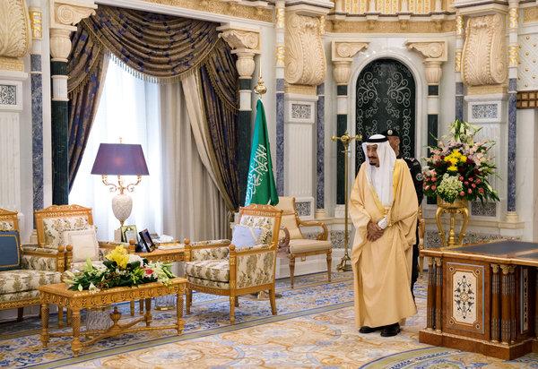 2015年,萨勒曼国王在其位于利雅得的宫殿里。上台近两年的萨勒曼国王绕开若干兄弟,将下一代指定为王位继承人,此举打破了王位继承传统,制造了嫌隙