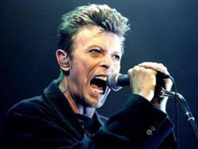 """英国传奇歌手大卫·鲍伊与病魔抗争18个月后于2016年1月11日病逝,享年69岁。鲍伊是英国著名摇滚音乐家,集歌星、词曲作者和唱片制作人多种角色于一身,被誉为""""摇滚变色龙"""",他还是时尚先驱,并曾参演过多部影视作品。"""