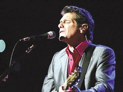 像流星般惊艳,像流星般匆匆,美国当地时间1月18日,老鹰乐队(Eagles)在官方网站上发布一份声明称,该乐队的创始人之一兼吉他手、上世纪70年代最流行、商业成就最大的艺人之一格列·弗雷(Glenn Frey)已经去世,享年67岁。格列·弗雷,身兼歌手、词人和演员,擅长吉他、贝斯、键盘和口琴。作为老鹰乐队(Eagles)的成员,格列·弗雷六次获得格莱美奖,五次获得美国音乐奖。