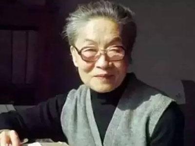 """2016年5月25日1时10分,105岁著名作家、翻译家杨季康(笔名杨绛)先生于北京逝世。她是丈夫钱钟书口中""""是最贤的妻,最才的女"""",通晓英语、法语、西班牙语,翻译过《唐·吉诃德》,出版过《我们仨》《走到人生边上》等作品。她淡泊名利、与世无争;博学多才,治学严谨;无私奉献,用千万稿费资助寒门学子……先生的文人风骨、治学态度与社会担当,是当代人身上所稀缺的闪光点。"""