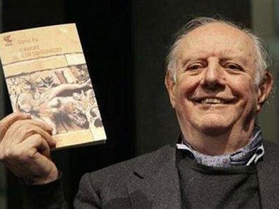 """2016年10月13日,意大利剧作家达里奥·福(Dario Fo)在米兰逝世,享年90岁。达里奥·福创作的一系列尖锐的讽刺喜剧使他闻名于世的同时也备受争议。他一生共创作了超过80部戏剧剧本,至今这些作品仍以30种语言的不同版本在世界各地广泛上演。1997年,""""因为他继承了中世纪喜剧演员的精神,贬斥权威,维护被压迫者的尊严"""",达里奥·福被授予诺贝尔文学奖。"""