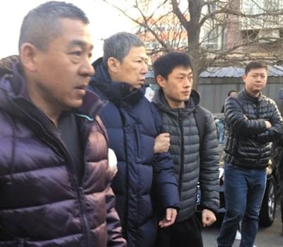 12月16日,李春平(左二)出现在公众视野中。 受访者供图