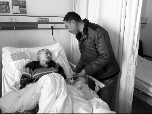 正在医院接受治疗的丁雁超,小图为他的遗体捐献申请表