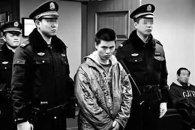 """28岁的王占领预谋抢劫,假借送快递的名义持刀入户,在抢劫过程中用胶带缠绕被害人刘女士口鼻、四肢,导致刘女士死亡。12月30日上午,北京一中院对该案一审宣判,法院一审认定王占领构成抢劫罪,判处其死刑。值得一提的是,该案就是此前曾在网上热传的""""重案刑警彩虹下抓捕嫌犯""""一案。"""