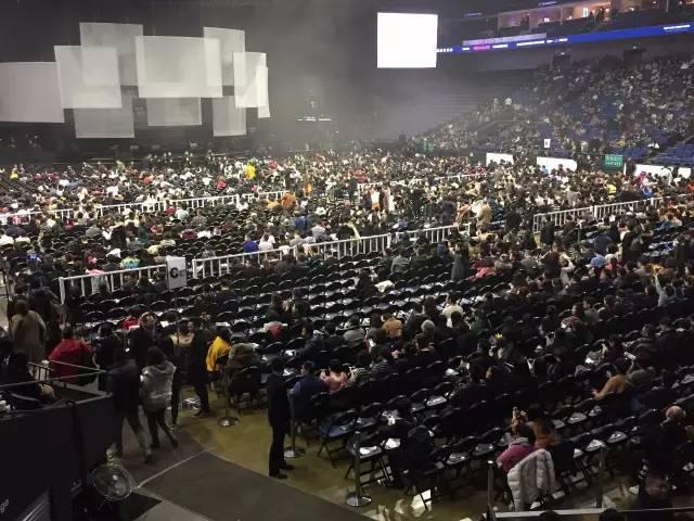 接下来演唱会开始。