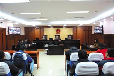"""2016年12月30日,济南市市中区法院""""专车第一案""""宣判现场。律师供图"""