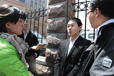 """2015年4月15日,""""专车第一案""""庭审结束后,原告陈超接受采访。资料图片/视觉中国"""