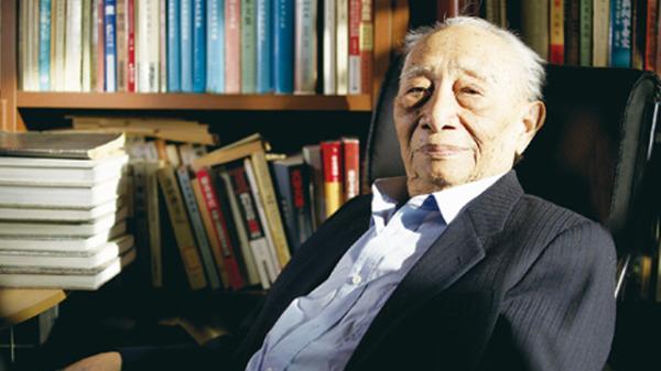 1月8日在北京逝世。1916年4月生,四川邻水人,中国新闻学主要奠基人之一,著名新闻理论家,中国人民大学新闻学院教授,从事新闻教育工作多年,主要研究马克思主义新闻学理论,著有《新闻理论基础》(1982)、《新闻论争三十年》(1988)两书。