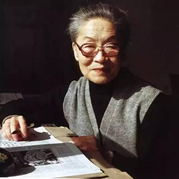 """5月25日在北京逝世。1911年7月生,江苏无锡人,中国社会科学院荣誉学部委员,著名作家、翻译家。主要作品有小说《洗澡》、《洗澡之后》,散文《干校六记》、《我们仨》、《走到人生边上》等,翻译作品有《堂吉诃德》、《小癞子》、《吉尔・布拉斯》、柏拉图的""""对话录""""《斐多》等。"""