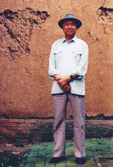 10月24日在北京逝世。1928年1月生,北京人,中国社会科学院考古研究所研究员,毕生致力于夏、商、周三代都邑,尤其是二里头遗址和偃师商城遗址的发掘与研究,是探索中国最早的王朝――夏商王朝文明的主将,夏商考古的重要奠基人之一。其研究成果结集为《赵芝荃考古文集》,主编有《偃师二里头(1959年―1978年考古发掘报告)》等。