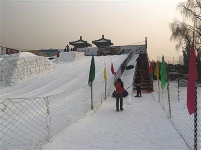 昨日,龙潭公园冰雪嘉年华,受天气影响,游客减少。