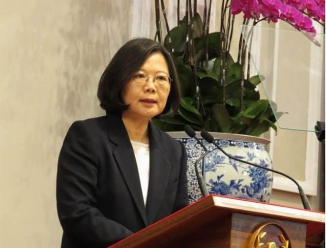 """据东森新闻云12月31日报道,31日上午台湾地区领导人蔡英文与媒体茶叙。在谈起上任至今这段时间的起伏(High and Low)时,蔡英文笑着说,所谓的""""High""""(高),理当是激励或鼓舞人心的事情,""""在关键的时候,可以领导'国家'是很大的机运和荣幸""""。"""