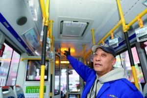 """新华社沈阳12月31日电(记者 孙仁斌)30日凌晨,簇新的117路公交车从辽宁省沈阳市铁西区驶出,车内18℃的温度让人们觉得和煦如春。当天,一批新动力公交车一起上线经营。到本年新年前,沈阳市将新增1327辆笼罩WiFi、加装防雾霾""""神器""""的新动力公交车效劳市民。"""
