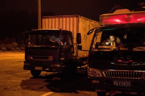 运送苹果的卡车,中国发达的物流把商品送往全国各地