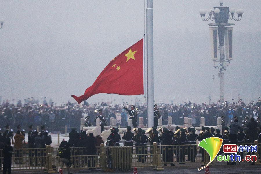 1月1日清晨,在北京天安门广场举行了2017年的首次次升国旗仪式。 中国青年网记者 李拓 摄