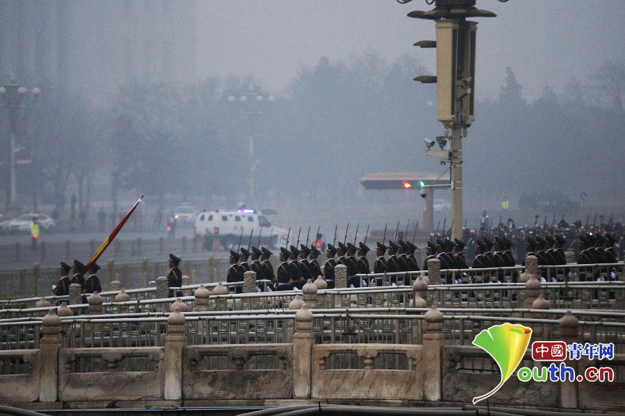 国旗护卫队整齐踏过金水桥走向天安门广场。 中国青年网记者 李拓 摄