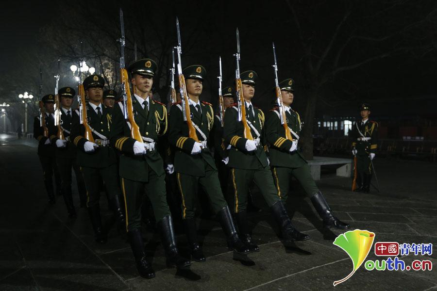 国旗护卫队战士们在升旗仪式前进行训练。 中国青年网记者 李拓 摄