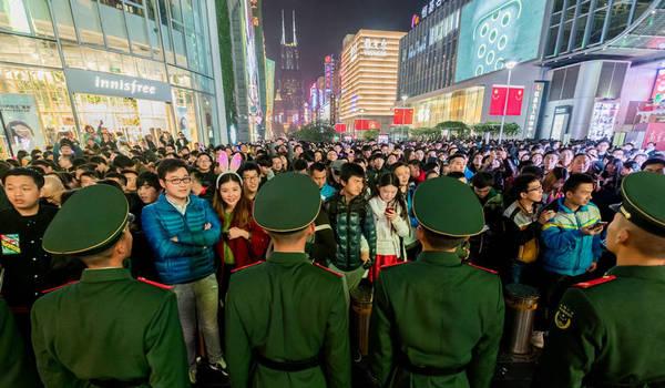 上海跨年夜武警战士排成人墙维持秩序 场面震撼图片