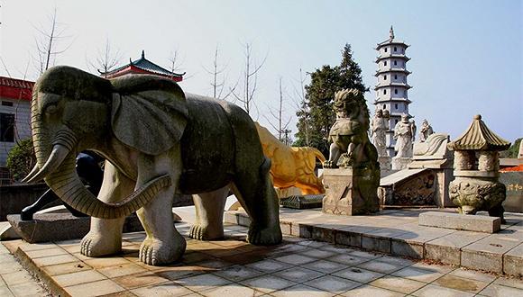 """""""活人墓""""拆除前照片。图片来源:视觉中国"""