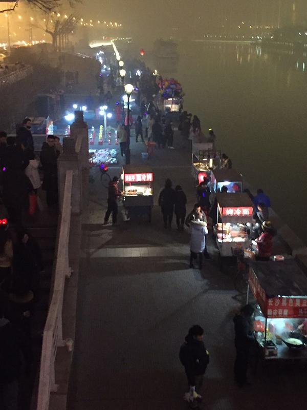 """""""天津之眼""""两侧的摊贩。本文图片均来自 澎湃新闻记者 邵克"""