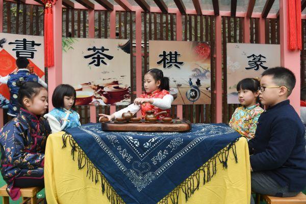 2016年12月28日,福州市乌山小学学生在联欢会上表演茶艺。新华社记者 宋为伟 摄