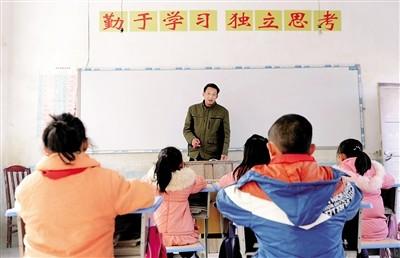 庞家奎给大河口村小的孩子们上课。